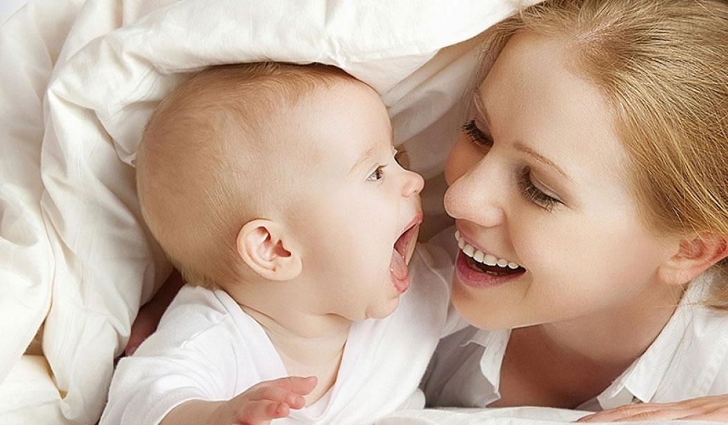Trẻ nhỏ từ 0-2 tuổi giao tiếp như thế nào với mọi người xung quanh?